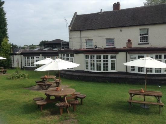 Riverside Hotel: garden and pub