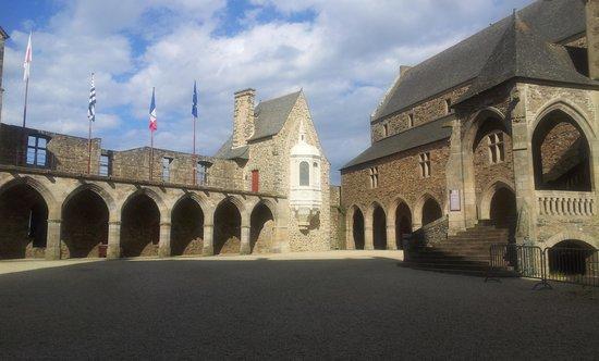 Le Petit Billot - Citotel : la cour du château