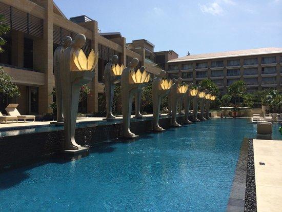 Mulia Villas: Resort