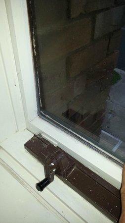 Parkdale Motor Inn: Loose window pane both windows.