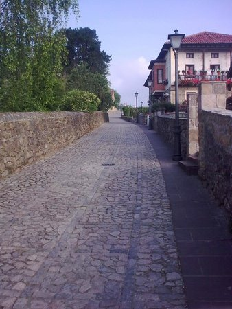 Hospederia Santillana: Street to Hotel