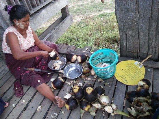 Pont d'U Bein : Selling fresh sea coconut on the bridge