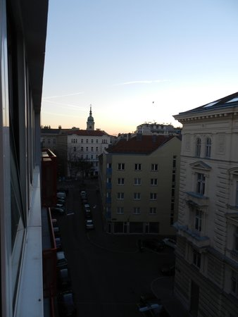 MEININGER Hotel Wien Downtown Franz: early morning view from the hotel