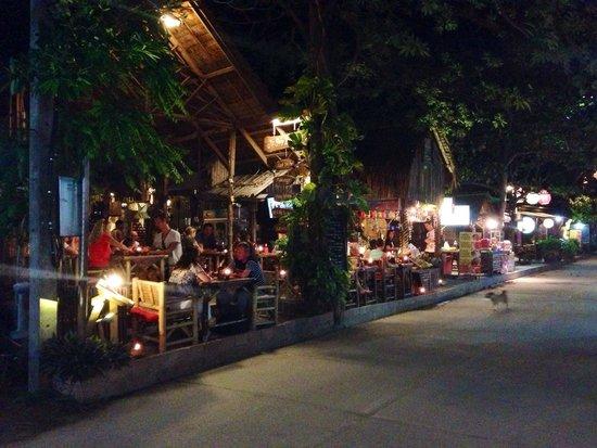 Buri Rasa Koh Phangan : Genoeg leuke eettentjes in het straatje van het resort