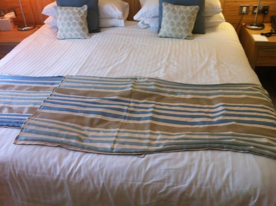 Fistral Beach Hotel and Spa: Ruffled bed