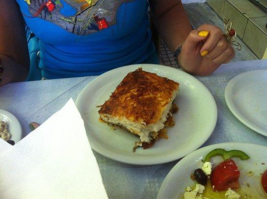 Club Neon Restaurant: Porzione di moussaka gigante e buona , una buona scelta