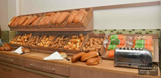 Dan Panorama Eilat : modest bread and rolls area for breakfast