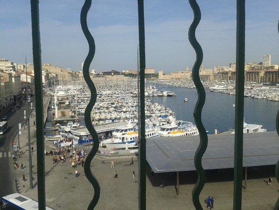 Hotel Alize Marseille - Vieux Port: Vistas desde la única ventana de la habitación