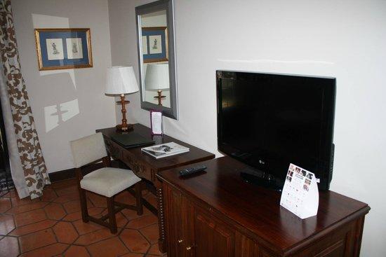 Parador de Ávila: Escritorio y TV en la Habitación
