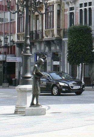 Esculturas de Oviedo: Чтец в центре города