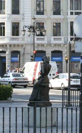 Esculturas de Oviedo: Дама на перекрестке