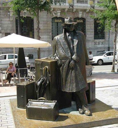 Esculturas de Oviedo: путешествующий господин