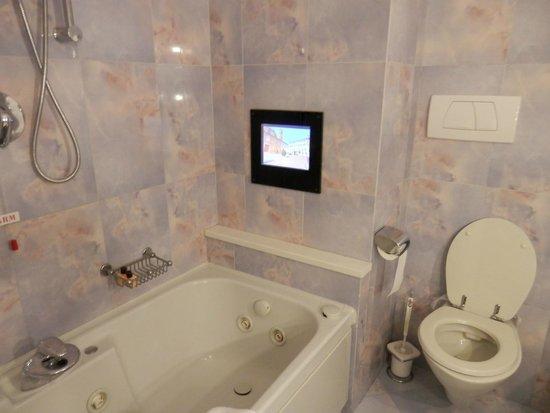 Hotel Federico II: TV sulla vasca idromassaggio
