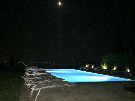 Albergo Valbella: Pool bei Nacht