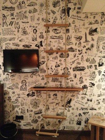 25hours Hotel HafenCity: TV e mensola/scaletta