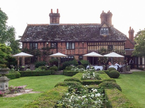 Langshott Manor Hotel Gatwick : Garden and hotel at Langshott Manor