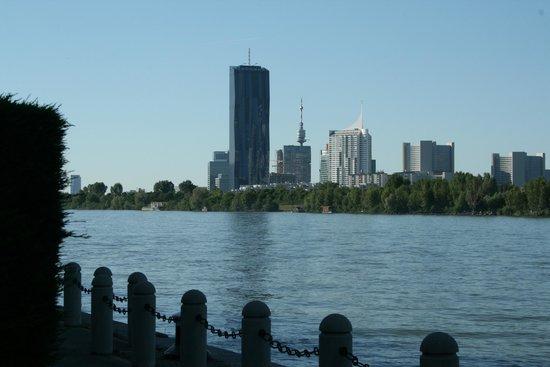 Hilton Vienna Danube Waterfront: vista della skyline dal bapiscina dell'Hotel