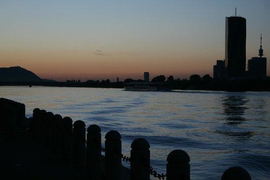 Hilton Vienna Danube Waterfront: vista di parte della skyline al tramonto