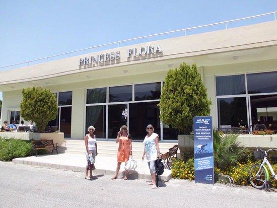 Princess Flora Hotel : Indgang til Reception og bar