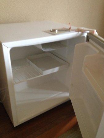 Umino Hotel Ichinotaki: 冷蔵庫は空です。栓抜き付き