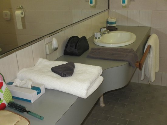 The Grampians Motel & The Views Restaurant : Good bathroom with plenty of bench space
