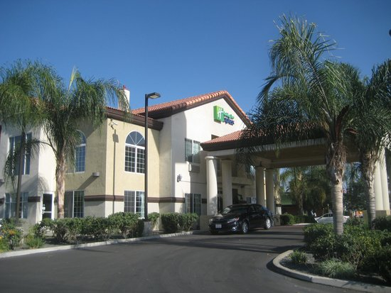 Holiday Inn Express Delano Hwy 99: As impressive inside outside!