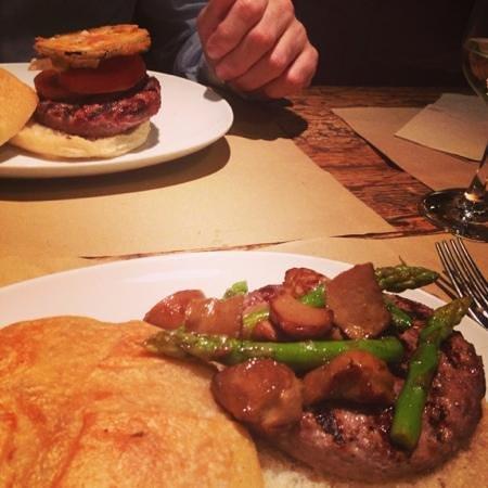 El Filete Ruso: hamburger de vacuno con setas y asparragos