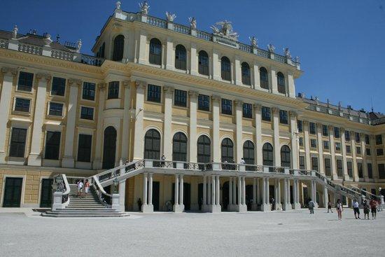 Château de Schönbrunn : vista del castello dall'interno dei giardini