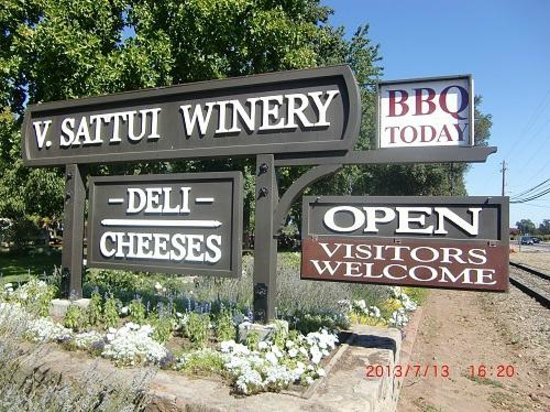 V. Sattui Winery: ワイントレイン線路横のワイナリーの看板