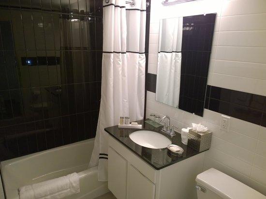 The Lex NYC: Das relativ große und optisch ansprechende Badezimmer. Duschgel, Haarwaschmittel liegen aus.