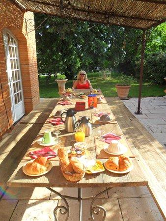Le Domaine de Gilede: Breakfast on the terrace