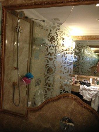 Ali Bey Resort Sorgun: cracked mirror