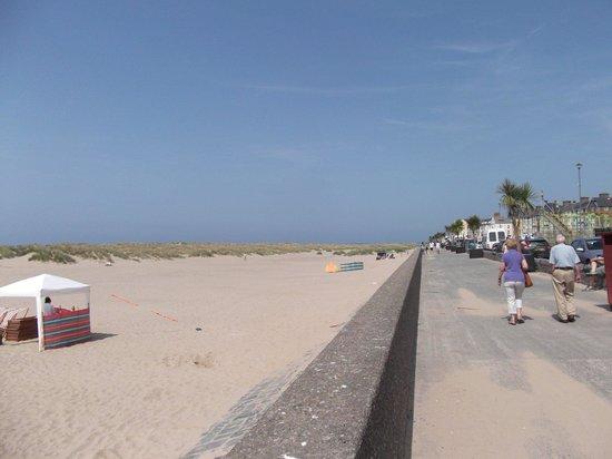 Barmouth Beach: A hot day