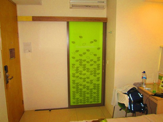 Grandmas Plus Hotel Seminyak: Front Door
