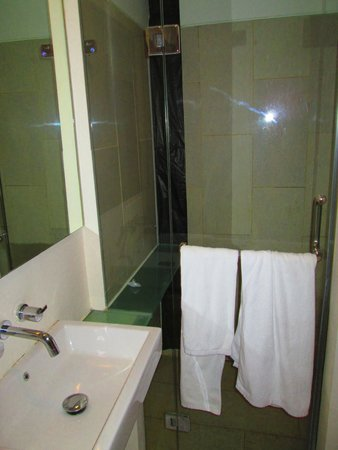 Grandmas Plus Hotel Seminyak: Bathroom