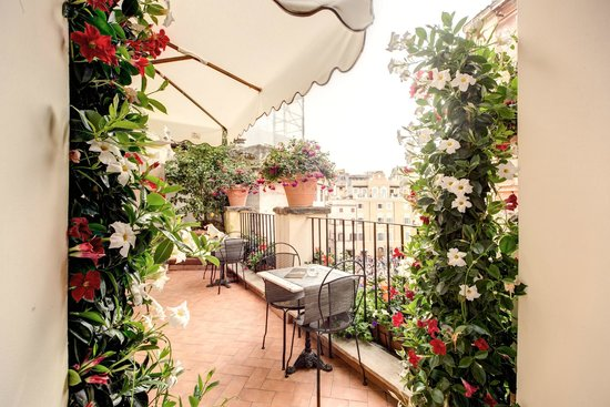 Relais Fontana Di Trevi : entrance with plants and flowers