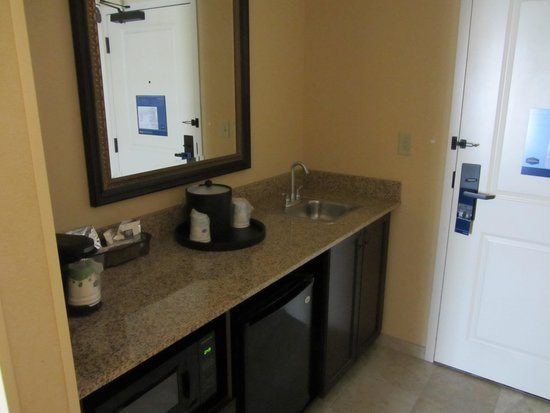 Hampton Inn & Suites Mobile/Downtown: Pantry