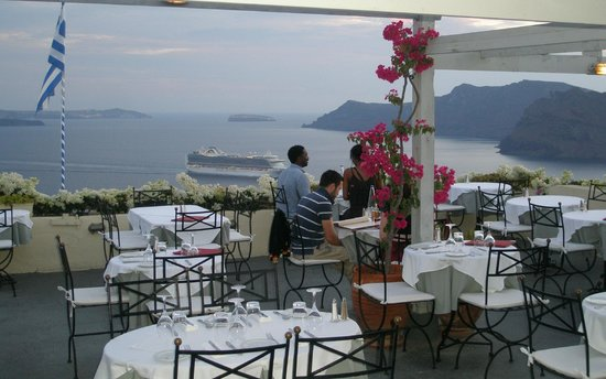 1800-Floga Restaurant: OPEN VIEW of caldera with the cruises.
