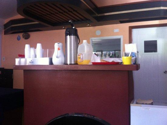Hidden Village Hotel: Este Es El Desayuno Que Incluye La Hospedería Dos Tajadas De Pan ,Café y Jugos Más Nada