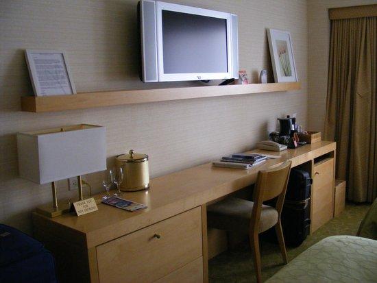 Orchard Garden Hotel: Desk