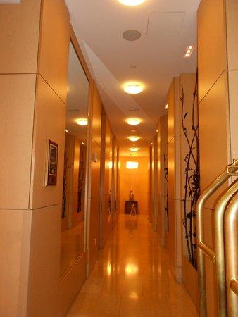 Orchard Garden Hotel: Hallway