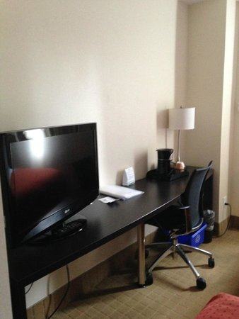 Holiday Inn Toronto Downtown Centre : TV and desk available