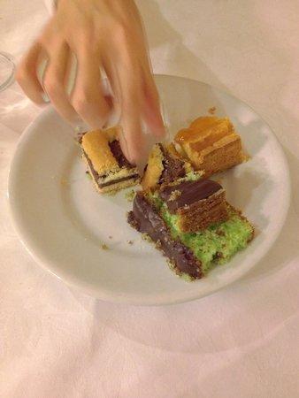 Locanda Zita: Torte di cocco, crostate al limone e cioccolato.