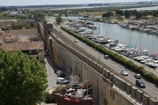 Tours et Remparts d'Aigues-Mortes : vue sur le chenal maritime
