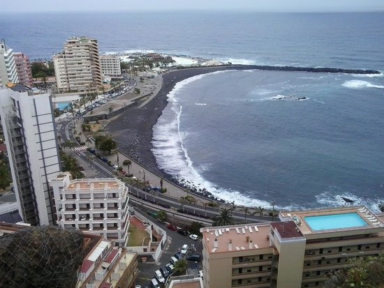 Puerto Resort by Blue Sea : vistas desde arriba la calle.enfrente al hotel