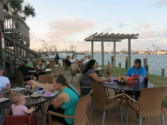 Moondog Seaside Eatery: Patio at Moon Dog in Fulton, Texas