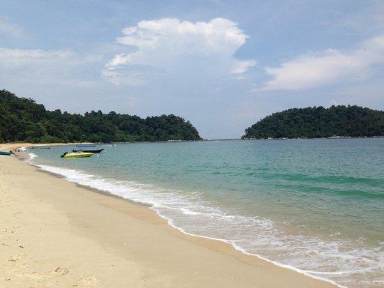 Anjungan Beach Resort & Spa: Beach near hotel