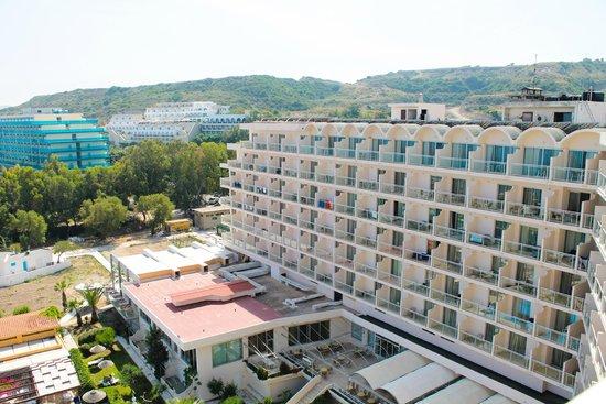 Pegasos Deluxe Beach Hotel: Отель, вид с номеров категории Дэлюкс, сбоку
