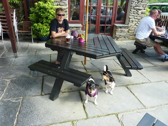 Watermill Inn & Brewing Co : Enjoying the sunshine with Jack and Poppy