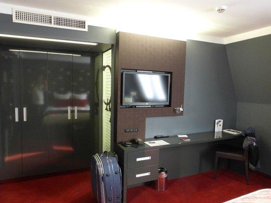 Hotel Nemzeti Budapest - MGallery by Sofitel: Great spacious room on 5th floor